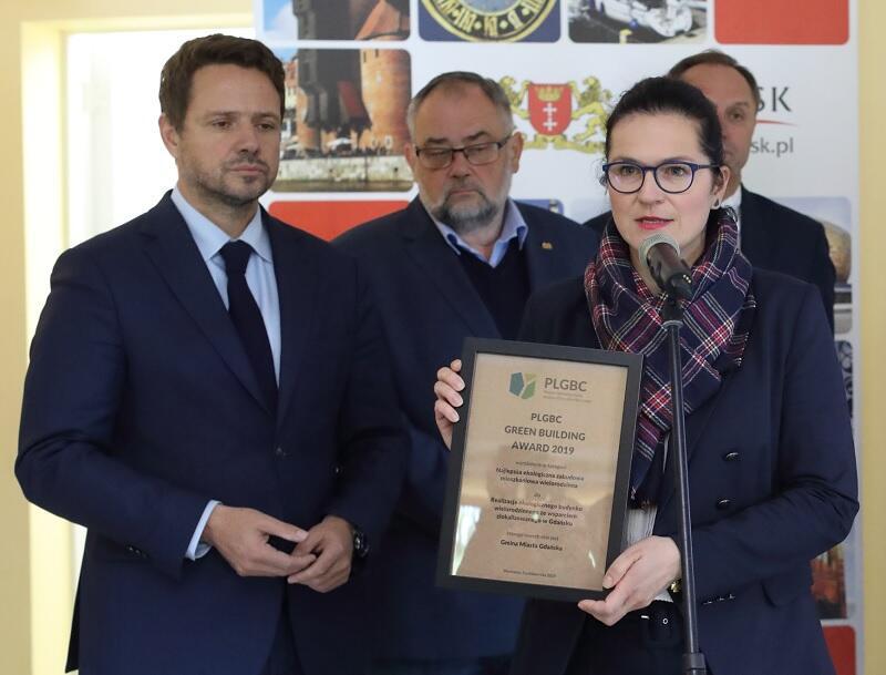 Prezydent Gdańska Aleksandra Dulkiewicz prezentuje nagrodę w towarzystwie prezydenta Warszawy Piotra Trzaskowskiego, Piotra Adamowicza i marszałka województwa pomorskiego Mieczysława Struka
