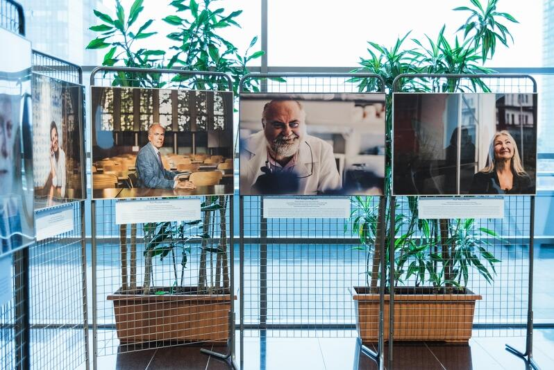 Wystawę zdjęć z książki `50 spotkań na 50-lecie UG` autorstwa Sylwestra Ciszka można oglądać w Bibliotece Głównej uczelni do końca 2019 r.