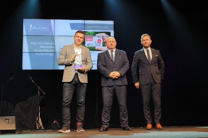 Główna nagroda przypadła Na zdjęciu od lewej: Łukasz Wysocki - prezes GOT oraz wicemarszałkowie województwa pomorskiego Wiesław Byczkowski i Ryszard Świlski, którzy wręczali nagrody i wyróżnienia