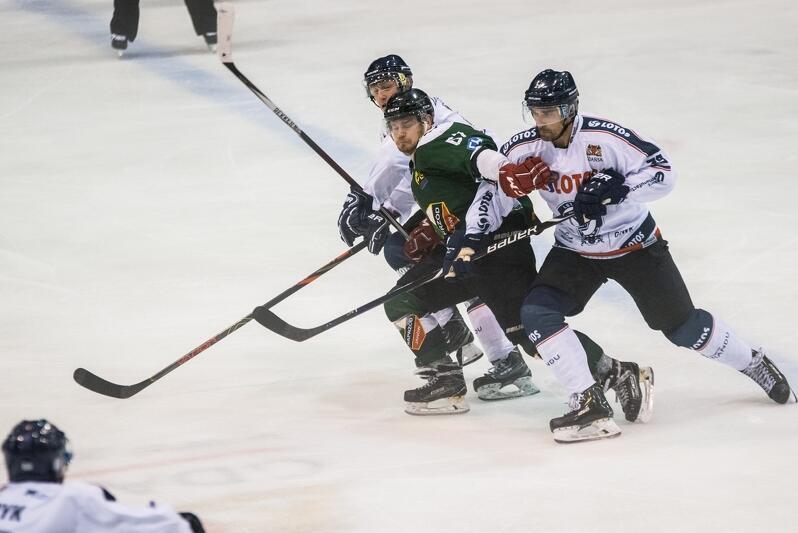 Hokeiści Lotos PKH Gdańsk w sześciu meczach zdobyli aż 14 punktów. Na zdjęciu podczas wcześniejszego spotkania z najsłabszym w lidze Naprzodem Janów