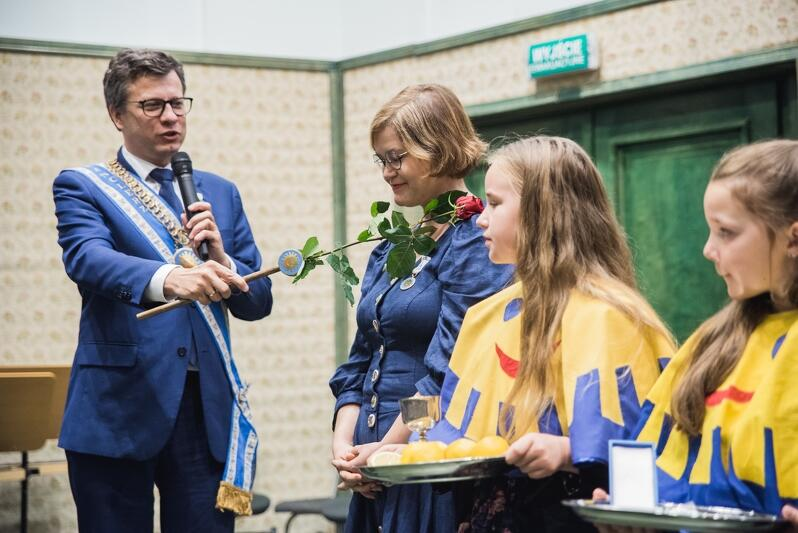 Anna Czerwińska-Rydel w momencie uroczystego przyjęcia do grona kawalerów Orderu Uśmiechu przez Marka Michalaka kanclerza Międzynarodowej Kapituły Orderu