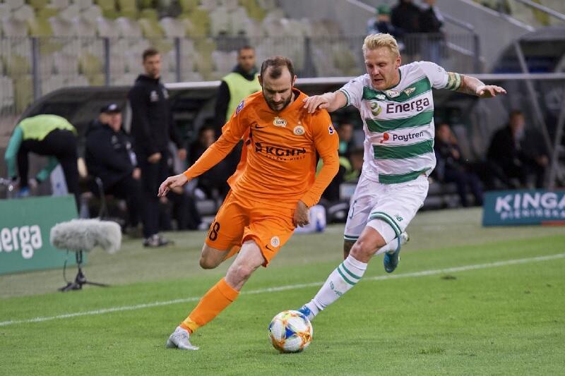 O piłkę walczą Filip Starzyński i Daniel Łukasik