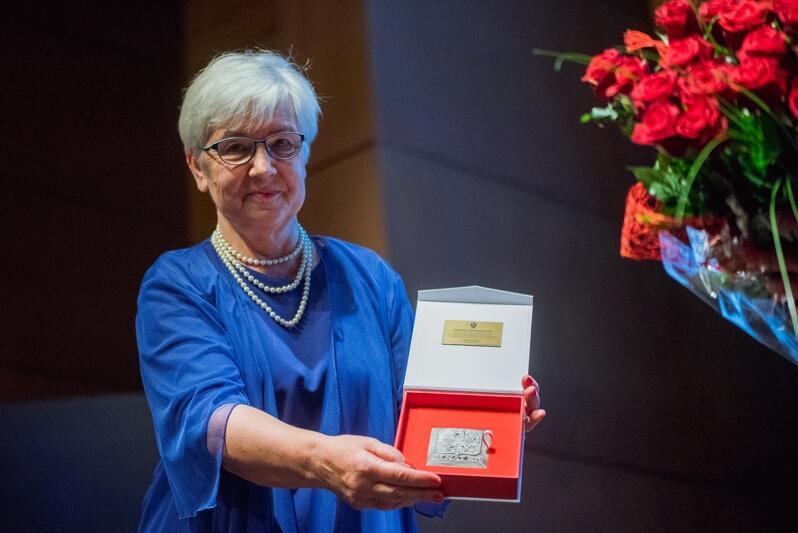 Justyna Rogińska prezeska Fundacji Sprawni Inaczej prezentuje medal Senatu RP