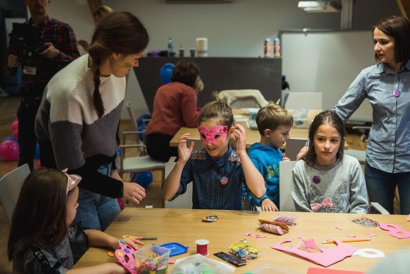 W trakcie urodzin odbyły się warsztaty dla dzieci `Zrozumieć Bohatera` o emocjach towarzyszących chorobie dziecka, poprowadzone przez terapeutów ośrodka Zakątek Agi - Centrum Rozwoju Dziecka w Gdyni oraz zajęcia animacyjne prowadzone przez pedagogów Przedszkola Integracyjnego Dobry Start w Gdańsku