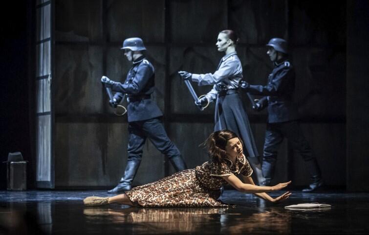 Wieczór latynoamerykański w choreografii Mauricio Wainrota to ambitna ubiegłoroczna premiera baletowa (premiera 22 czerwca 2019). Trzyczęściowy spektakl, z muzyką Astora Piazzolli i Alberto Ginastery, opowiadał o trudnej historii Argentyny