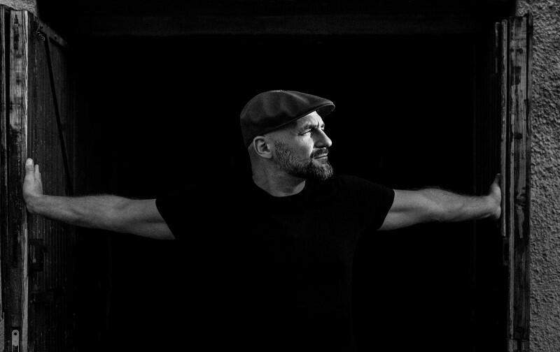 """Skubas, początkowo znany był głównie na scenie klubowej. Współpracował m.in. z Noviką, Envee i Smolikiem. Jego debiutancka płyta """"Wilczełyko"""" pojawiła się na rynku w 2012 roku. Na swojej drugiej płycie """"Brzask"""" - Skubas to już artysta kompletny"""