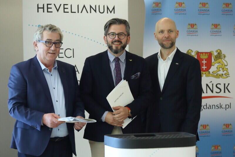Nz. od lewej Jan Rekowski - właściciel firmy ZW, Paweł Golak - dyrektor Hevelianum i Alan Aleksandrowicz - zastępca prezydenta Gdańska ds. inwestycji