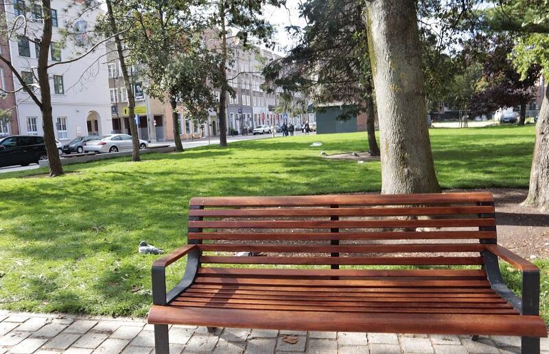 Plac Kobzdeja z nowym trawnikiem
