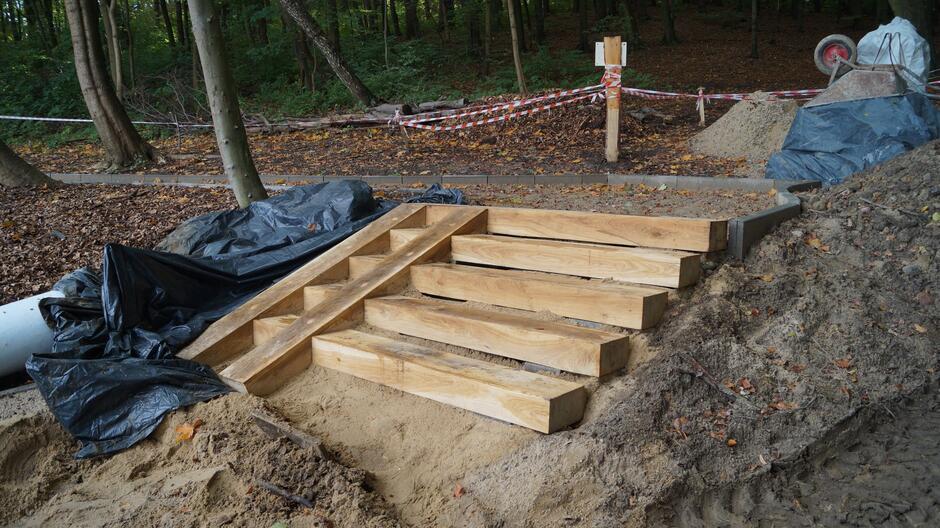 W ramach inwestycji wybudowano nowe schody dębowe