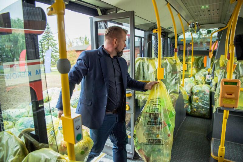Akcja zapełniania butelkami autobusu miejskiego