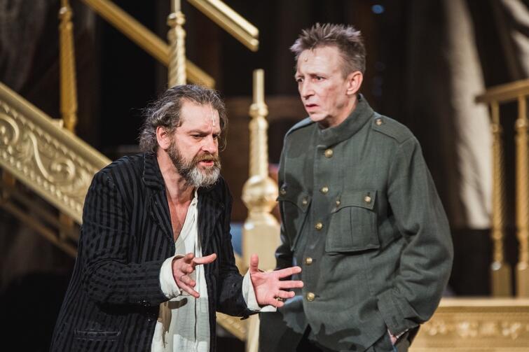 """Teatr Wybrzeże, """"Karmaniola, czyli od Sasa do Lasa"""". Hrabia Pociej (Marek Tynda) i książę Puzyna (Cezary Rybiński) - obaj aktorzy udowodnili, że radzą sobie równie dobrze w repertuarze dramatycznym, jak i komediowym"""