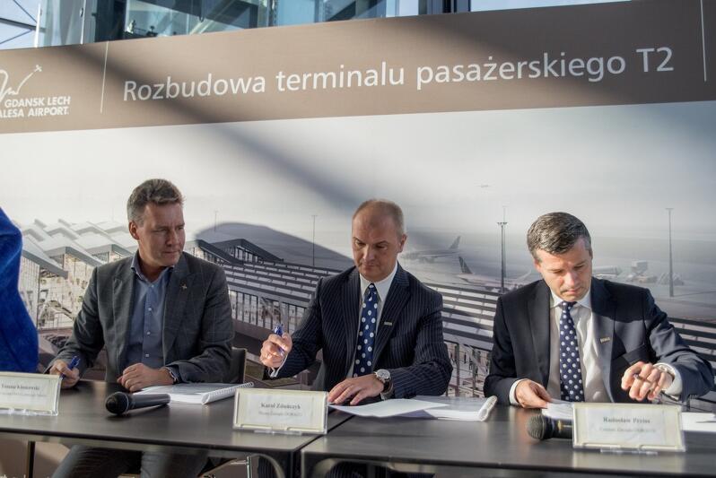 Nz. od lewej umowę podpisują Tomasz Kloskowski - prezes Portu Lotniczego Gdańsk oraz Karol Zduńczyk prezes DORACO i Radosław Preiss członek Zarządu DORACO.