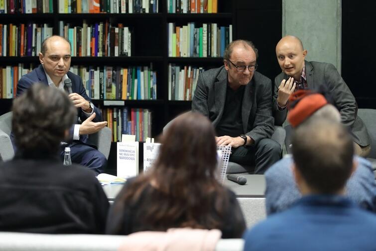 Gdański wieczór autorki Roberta Menasse. Po prawej - pisarz z tłumaczem. Po lewej - Basil Kerski, dyrektor ECS