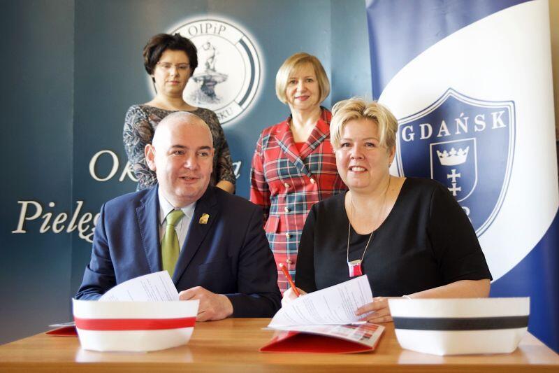 Umowę podpisują Anna Czarnecka, przewodnicząca OIPiP w Gdańsku i Piotr Kowalczuk, zastępca prezydenta Gdańska ds. edukacji i usług społecznych
