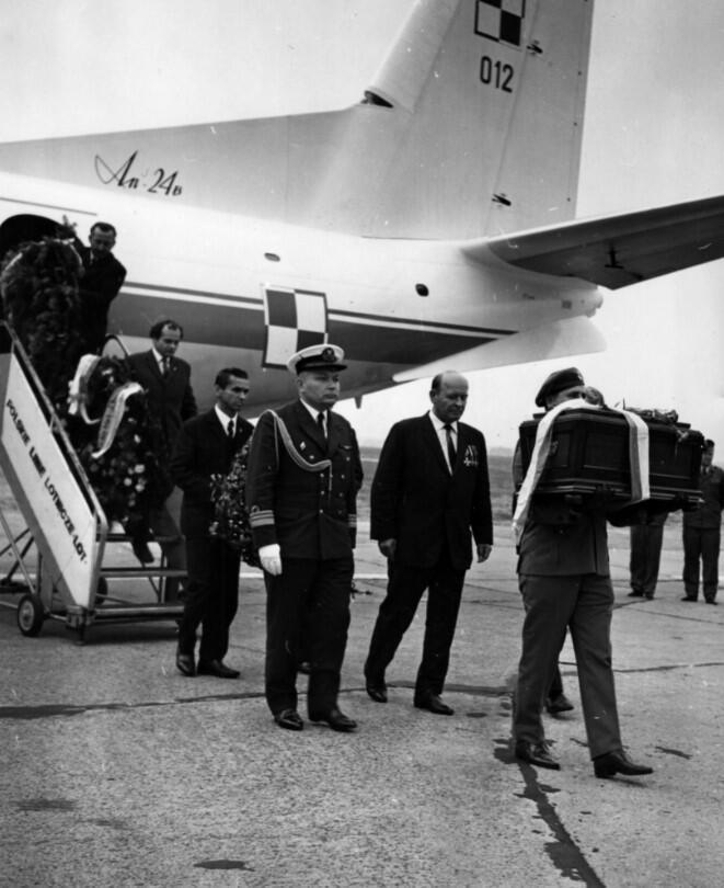Sprowadzenie prochów majora Henryka Sucharskiego, sierpień 1971, Tadeusz Jabłoński stoi poniżej schodów