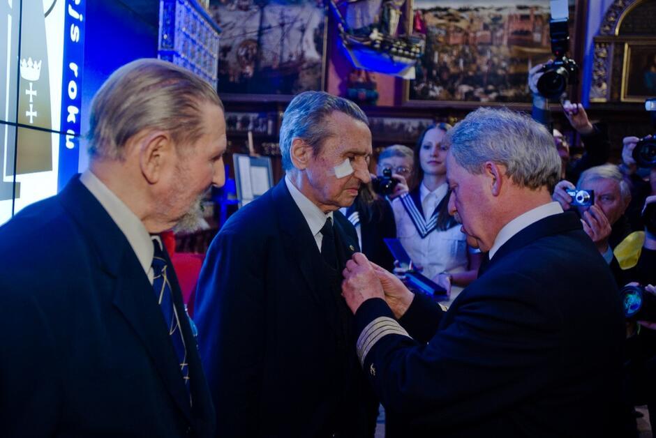 """Podczas gali wręczenia nagród """"Rejs Roku"""" w marcu 2014 roku Tadeusz Jabłoński i Zenon Gralak otrzymali krzyże """"Pro Mari Nostro"""""""