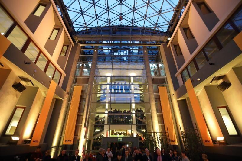 Patio ASP w Gdańsku. Koncerty odbywają się pod szklanym dachem