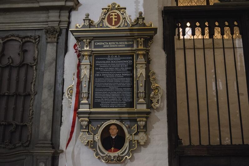 20 października, w drugą rocznicę śmierci ks. infułata Stanisława Bogdanowicza, odsłonięto epitafium upamiętniające wieloletniego proboszcza Bazyliki Mariackiej