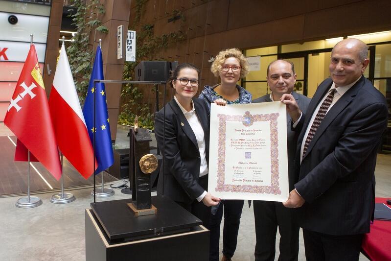 ECS: prezentacja Nagrody Księżnej Asturii dla Gdańska. Od lewej stoją prezydent Aleksandra Dulkiewicz, Anna Strzałkowska, Basil Kerski i Majed Tinawi