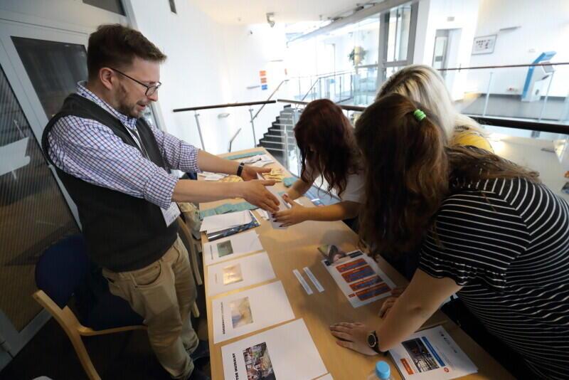 Stanowisko doradcy zawodowego WUP w muzealnej grze miejskiej: dobierz kompetencje niezbędne do wykonywania wylosowanego zawodu
