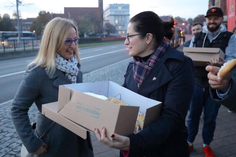 Przewodnicząca Rady Miasta Gdańska Agnieszka Owczarczak i prezydent Gdańska Aleksandra Dulkiewicz przed Dworcem PKP Gdańsk Główny