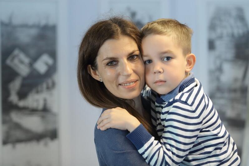 Agata kania, mama chorego Ludwika z jego strszym bratem podczas spotkania w Urzędzie Miejskim w Gdańsku