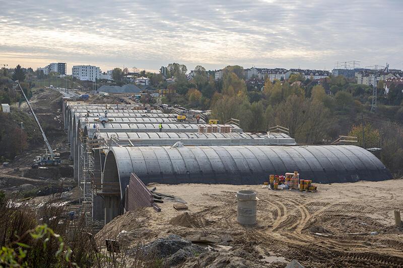 Konieczność przeniesienia słupa energetycznego zablokowała obecnie prace na powstającej estakadzie nad Potokiem Siedleckim