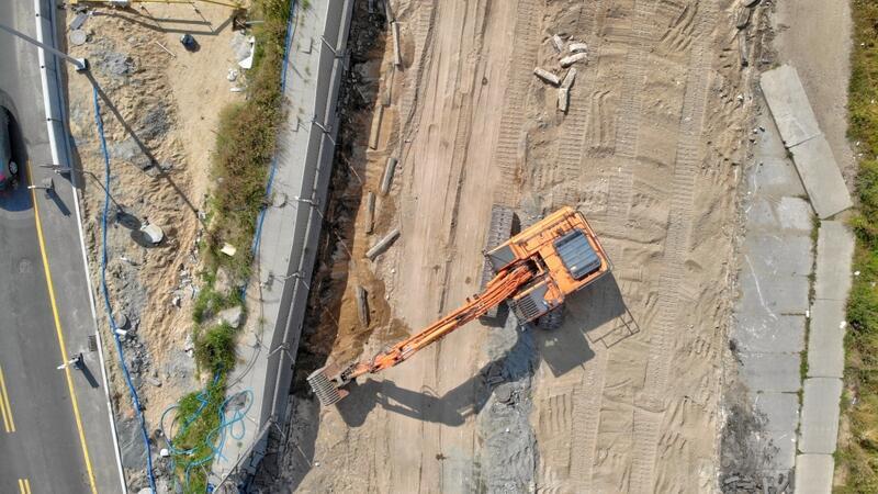 """W najbliższych tygodniach każda z części starego wiaduktu będzie """"zsuwana"""" po zamontowanych podporach"""