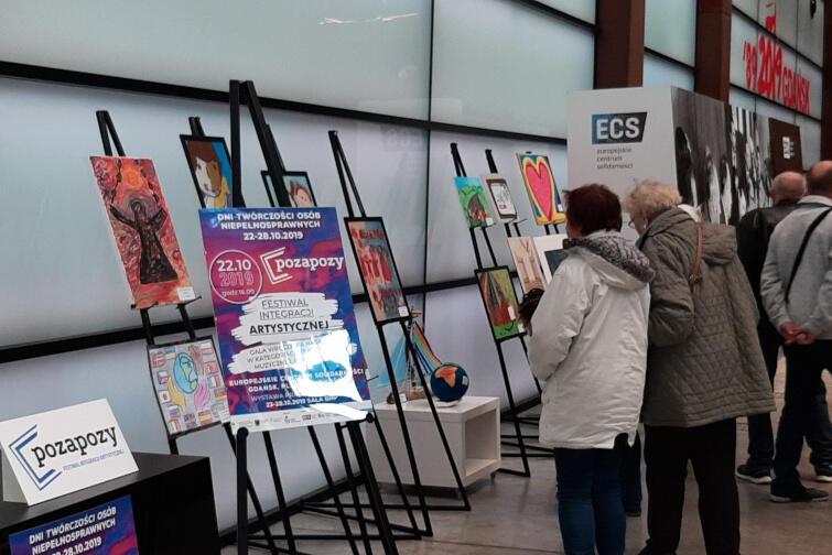 Prace plastyczne podczas gali można było oglądać przy wejściu do audytorium ECS. Od 23 października prezentowane są w Sali BHP