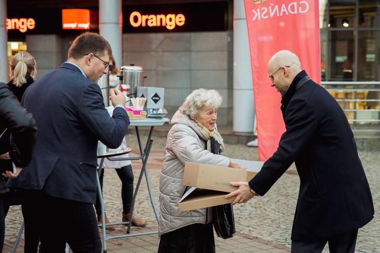 Poczęstunek to forma podziękowania władz Gdańska za liczny udział mieszkańców w tegorocznych wyborach parlamentarnych