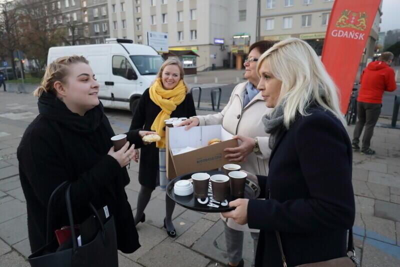 Jak drożdżówka, to i kawa - ponad 400 kubeczków z gorącym napojem czekało na mieszkańców