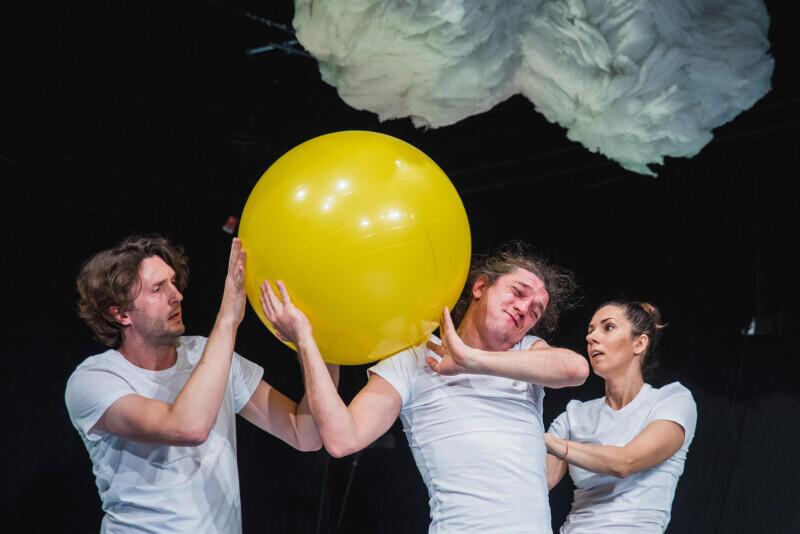 W spektaklu używane są przedmioty codziennego użytku, wykorzystane w nietypowy sposób, który pobudzi wyobraźnię dzieci