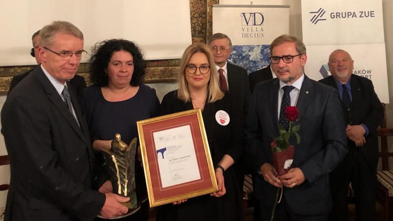 Magdalena Adamowicz odbiera nagrodę dla śp. Pawła Adamowicza