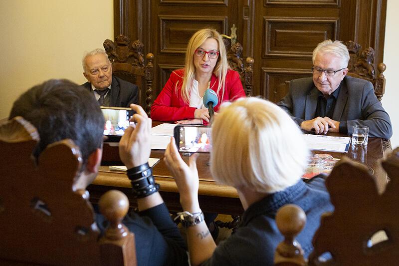 Nz. od lewej Andrzej Januszajtis, Agnieszka Owczarczak, przewodnicząca Rady Miasta Gdańska i prof. Edmund Wittbrodt ogłaszają tegorocznych laureatów