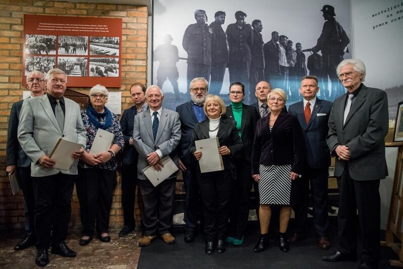 Konferencja z okazji powołania Centrum Pamięci o Polakach z Wolnego Miasta Gdańska im. Brunona Zwarry, z dyplomami - członkowie i członkinie rady społecznej Centrum, 28 października 2019 r.
