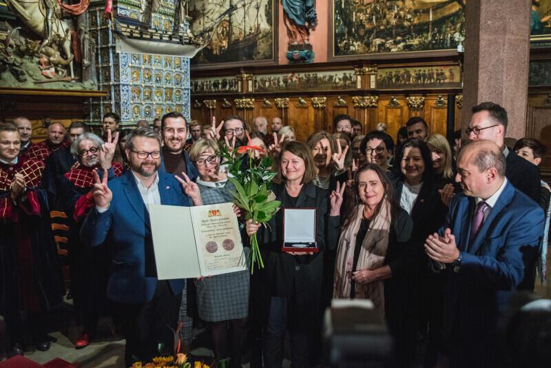 Zbiorowy odbiór medalu św. Wojciecha dla Europejskiego Centrum Solidarności - dyrektor ECS Basil Kerski i jego współpracownicy