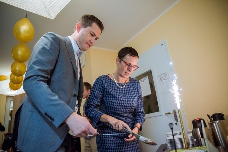 Na uroczystości nie mogło zabraknąć ogromnego tortu dla wszystkich domowników i gości. Po lewej Piotr Grzelak, Zastępca Prezydent Gdańska