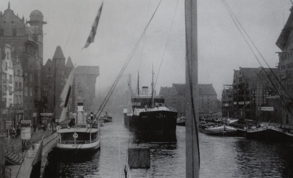 Statki oceaniczne na górnej Motławie przy nabrzeżu u wrót Gdańska. Gdańsk podzielony jest na trzy części dwoma żeglownymi odnogami rzeki, które wpadają do Wisły