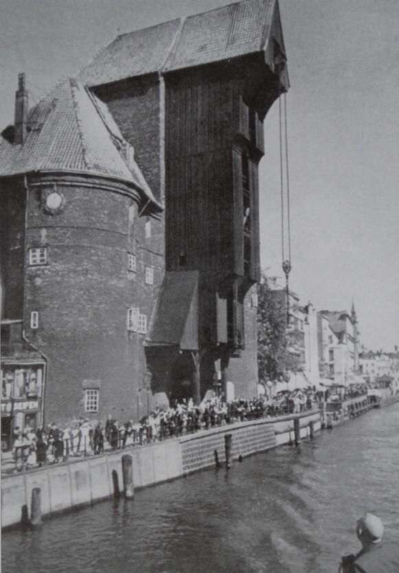 Gdańsk nadal przechowuje towary w pięćsetletnim Żurawiu. Ten wielki spichrz zbudowano blisko pół wieku przed wyprawą Kolumba. Wówczas Gdańsk był spichlerzem Polski
