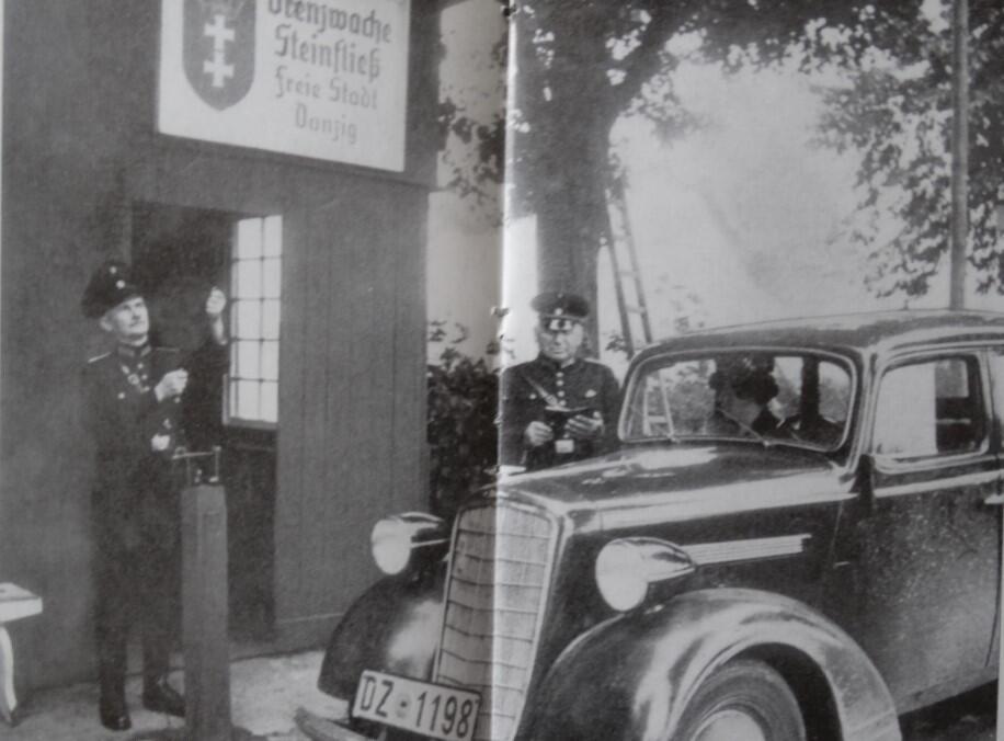 Stop! Gdańska straż graniczna kontroluje samochód przy polskiej granicy. Kamienny Potok, tuż za Sopotem, na szlaku do polskiej Gdyni. Podróżująca kobieta okazuje paszport i przepustkę. Strażnik podnosi szlaban, pozwalając na wjazd