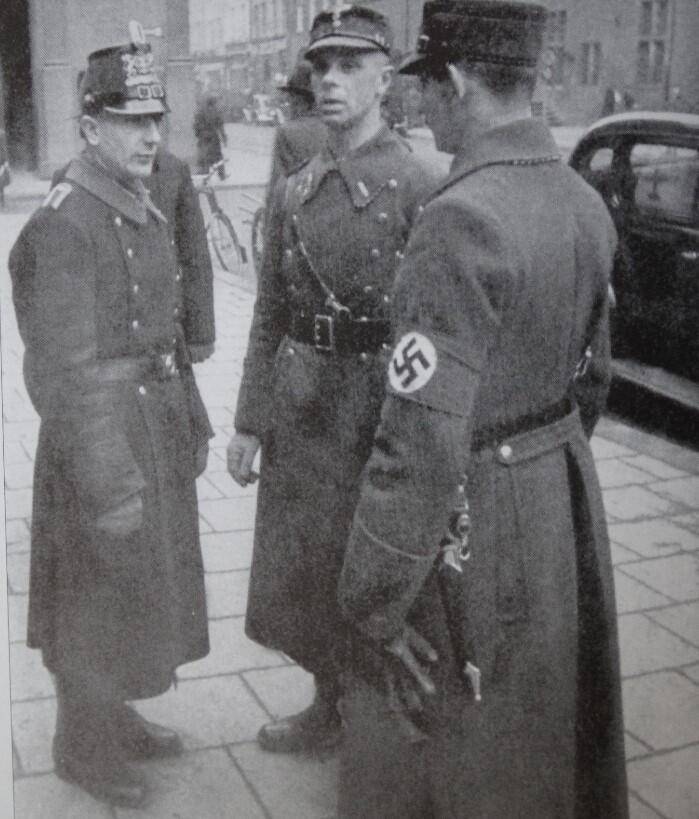 Żołnierze oddziałów szturmowych i policjant