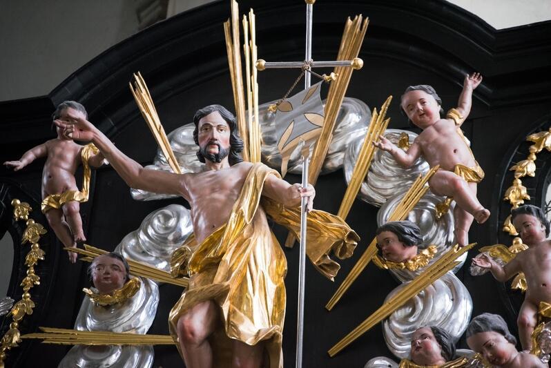 Bazylika św. Mikołaja w Gdańsku. Rzeźba Chrystusa zmartwychwstałego jeszcze przed zabezpieczeniem