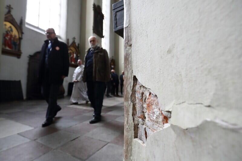 Październik 2018 r. Prezydent Gdańska Paweł Adamowicz wizytuje Kościół św. Mikołaja. Widać pęknięcia na filarze
