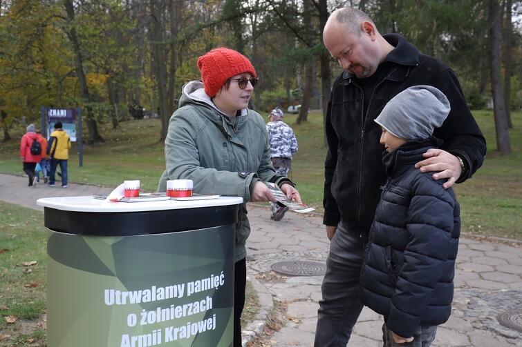 W środę, 30 października, na terenie trzech gdańskich cmentarzy dyżurowali pracownicy Fundacji Gdańskiej, którzy informowali o projekcie pielęgnowania pamięci o żołnierzach AK