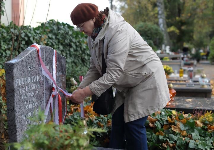 Pani Teresa Kaczorowska odwiedziła w Oliwie grób Henryka Fedorowicza, pseudonim 'Cichy' oraz 'Pakunek', żołnierza Armii Krajowej, ciotecznego brata jej męża