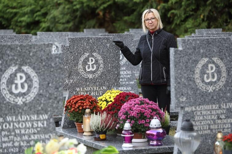 Pani Halina Człapińska każdego roku odwiedza na Łostowicach grób swojego szwagra, żołnierza AK -Władysława Pachuta, pseudonim 'Panienka'