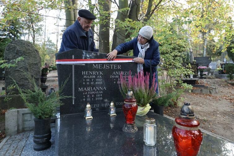 Państwo Krystyna i Janusz Stella odwiedzili grób swojego przyjaciela, żołnierza Armii Krajowej, majora Henryka Mejstera