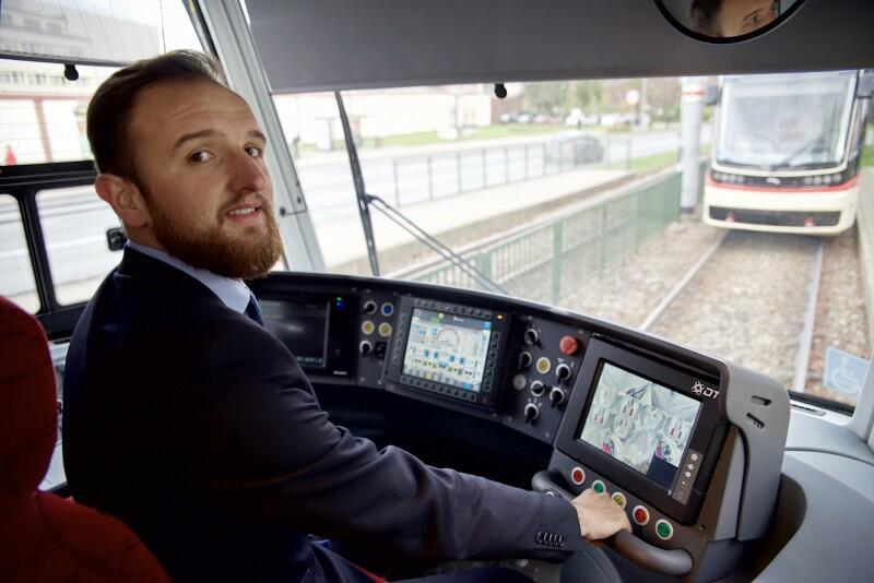 Jakub Wojewoda - motorniczy z GAiT podczas inauguracyjnej jazdy nowym tramwajem