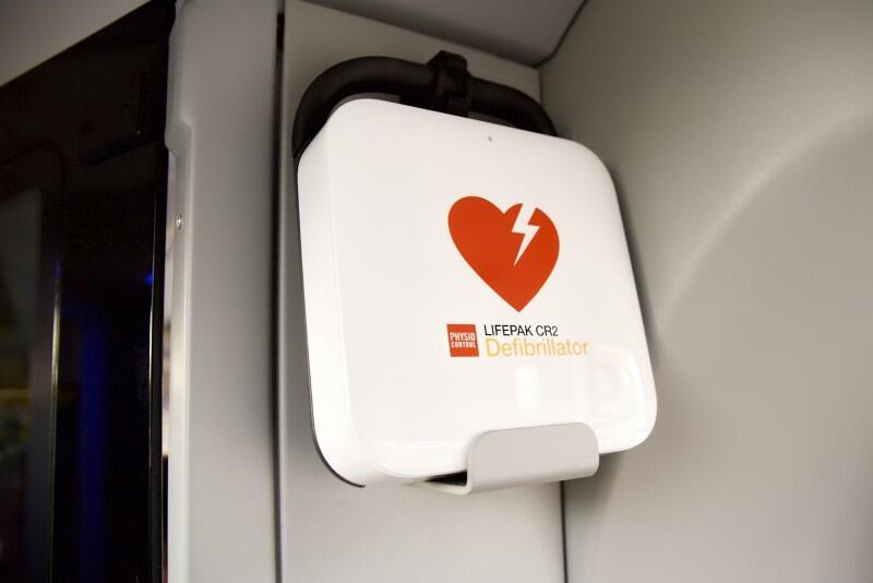 Defibrylatory miejskie zakupione w ramach Budżetu Obywatelskiego uratowały już 3 osoby. Taki aparat jest też w nowych tramwajach