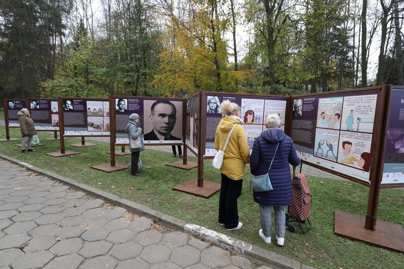 Wystawa Niezapomniani  prezentowana jest na Cmentarzu Srebrzysko tuż przy wejściu głównym
